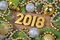 2018-jährige goldene Zahlen und Weihnachtsdekorationen Stockbild