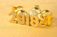 2018-jährige goldene Zahlen und Weihnachtsdekorationen Stockfotografie