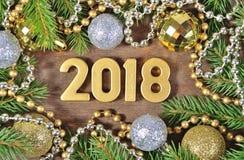 2018-jährige goldene Zahlen und Weihnachtsdekorationen Lizenzfreie Stockfotografie