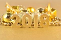 2018-jährige goldene Zahlen und Weihnachtsdekorationen Lizenzfreies Stockfoto