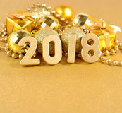 2018-jährige goldene Zahlen und Weihnachtsdekorationen Lizenzfreies Stockbild