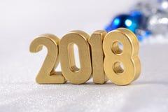 2018-jährige goldene Zahlen und Weihnachtsdekorationen Stockfotos