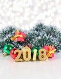 2018-jährige goldene Zahlen und Weihnachtsdekorationen Stockbilder