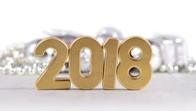 2018-jährige goldene Zahlen und Weihnachtsdekorationen auf einem Weiß Stockbilder