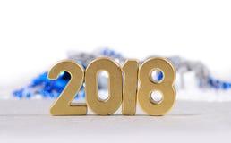 2018-jährige goldene Zahlen und Weihnachtsdekorationen auf einem Weiß Lizenzfreie Stockfotografie