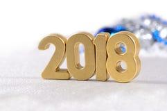 2018-jährige goldene Zahlen und Weihnachtsdekorationen auf einem Weiß Lizenzfreie Stockfotos