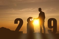 2019-jährige künstliche Intelligenz oder futuristisches Konzept ai, Schattenbild-Geschäftsmannstand und Punkthand wie zu befehlen stockfoto