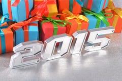 2015-jährige silberne Zahlen auf dem Hintergrund von Geschenken Stockfotos