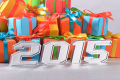 2015-jährige silberne Zahlen auf dem Hintergrund von Geschenken Lizenzfreies Stockfoto