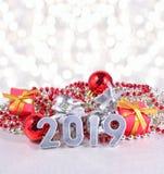 2019-jährige silberne Zahlen auf dem Hintergrund von Weihnachten-decorati Stockbilder