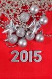 2015-jährige silberne Zahlen auf einem Rot Stockfoto