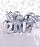 2017-jährige silberne Zahlen und silbrige Weihnachtsdekorationen Stockbild