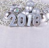 2018-jährige silberne Zahlen und silbrige Weihnachtsdekorationen Stockfoto