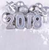 2018-jährige silberne Zahlen und silbrige Weihnachtsdekorationen Lizenzfreie Stockbilder