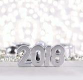 2018-jährige silberne Zahlen und silbrige Weihnachtsdekorationen Stockfotografie