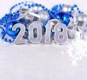 2018-jährige silberne Zahlen und silbriges und blaues Weihnachten-decorati Lizenzfreie Stockbilder