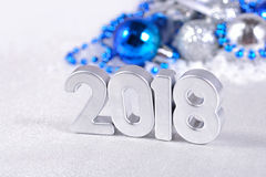 2018-jährige silberne Zahlen und silbriges und blaues Weihnachten-decorati Lizenzfreie Stockfotografie