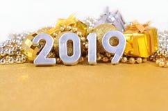 2019-jährige silberne Zahlen und Weihnachtsdekorationen Stockfotografie
