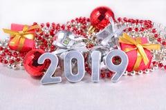 2019-jährige silberne Zahlen und Weihnachtsdekorationen Stockbilder