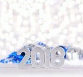 2018-jährige silberne Zahlen und Weihnachtsdekorationen Lizenzfreie Stockfotografie