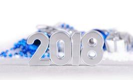 2018-jährige silberne Zahlen und Weihnachtsdekorationen auf einem Weiß Stockfotos