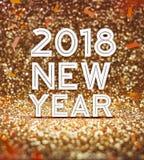 2018-jährige Zahl des guten Rutsch ins Neue Jahr mit Konfettis an funkelndem golde Stockfotos