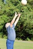 83-jähriger alter Volleyballspieler Stockfotografie
