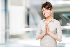 25-jähriger Brunette in einer Hemdaufstellung Lizenzfreie Stockfotos