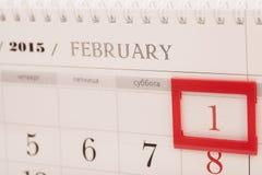 2015-jähriger Kalender Februar-Kalender mit rotem Kennzeichen auf 1 Februar Stockfoto