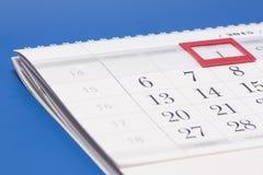2015-jähriger Kalender Kalender mit rotem Kennzeichen auf gestaltetem Datum 1 Lizenzfreies Stockbild