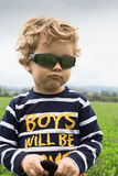 Jähriger mürrischer Junge drei auf einem Bauernhofgebiet Lizenzfreie Stockfotografie