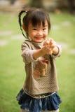 jähriges chinesisches asiatisches Mädchen 5 in einem Garten, der Gesichter macht Lizenzfreie Stockbilder