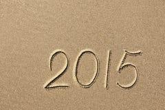 2015-jähriges geschrieben auf den Strandsand Lizenzfreie Stockbilder