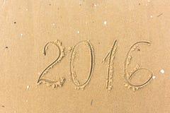 2016-jähriges geschrieben auf den Strandsand Lizenzfreie Stockfotos