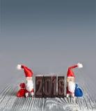 2016-jähriges Grußkarten-Weihnachtskonzept mit Wäscheklammer Santa Claus Stockbilder