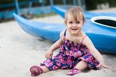 Jähriges Mädchen nahe einem Kanu Stockbild