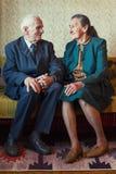Jähriges Plusverheiratetes Paar nette 80, das für ein Porträt in ihrem Haus aufwirft Der Liebe Konzept für immer Stockfoto