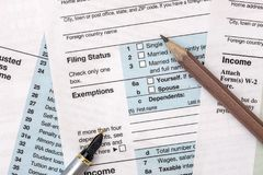 2018-jähriges Steuerformular 1040 mit Bleistift Lizenzfreie Stockbilder