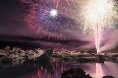 Jährliche Feuerwerksshow unter Eisbergen an der Eislagune Jokulsarlon, Island Lizenzfreies Stockfoto