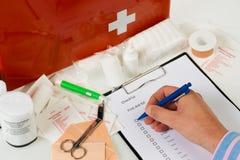 Jährlicher Check der Erste-Hilfe-Ausrüstung Stockfoto