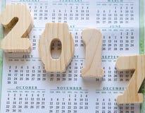 Jährlicher Hintergrund des Kalender-2017 mit hölzernen Zahlen Lizenzfreies Stockfoto