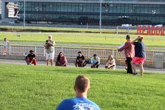 2. jährlicher Hund Derby Starting Line des Wiener Würstchens stockfotografie