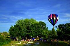 Jährliches Ballon-Festival mit einem hellen vibrierenden Ballon Stockbilder