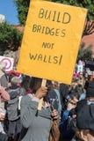 2. jährliches Frauen ` s März - bauen Sie Brücken Stockbilder