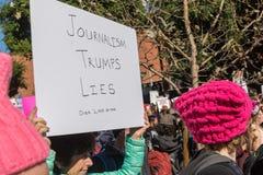 2. jährliches Frauen ` s März - Journalismus-Trümpfe liegt Lizenzfreie Stockbilder