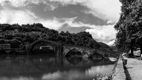 Jäkels bro i svartvitt royaltyfri bild