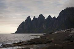 Jäkels tänder, vaggar på ön av Senja, nordliga Norge Arkivfoto