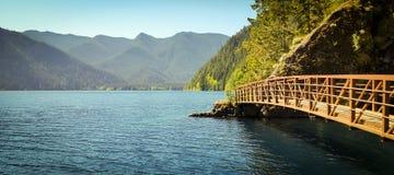 Jäkelstansmaskinbro på sjöhalvmånformigt Arkivfoto