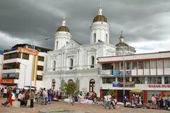 Jäkta i maketplacen med kyrkan bakom, Latacunga Arkivbild