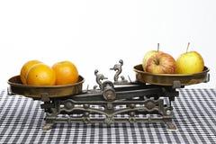 Jämför äpplen till apelsiner Fotografering för Bildbyråer